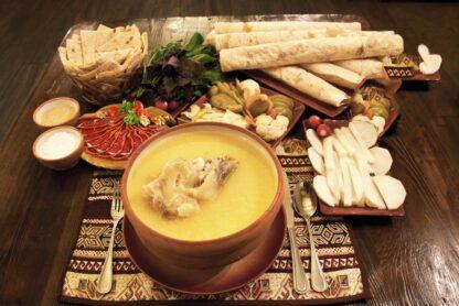 Khash, is een gerecht van gekookte koeien- of schapendelen, 1,2 - 1,5 kg